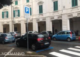 Foto delle nuove strisce blu al posto del divieto di sosta a Piazza del Popolo