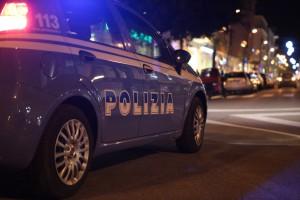 Foto di notte, auto della polizia