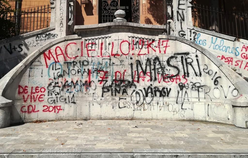 Foto scalinata liceo Maurolico - Graffiti
