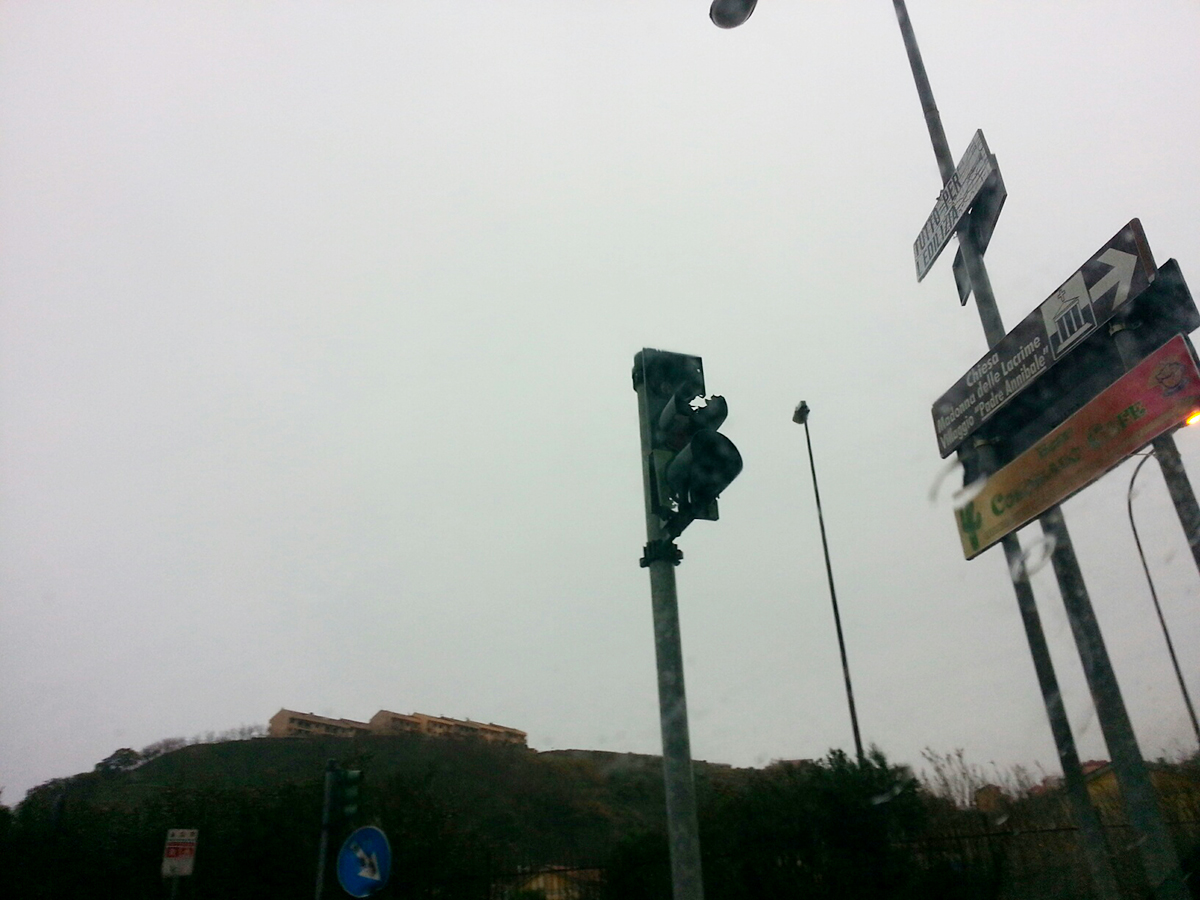 foto di un semaforo distrutto dai botti di capodanno - Gazzi - Messina