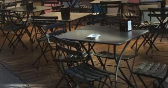 foto di tavolini esterni di un bar