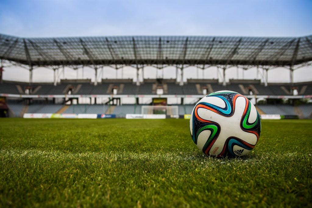 foto di un pallone da calcio posato su un campo