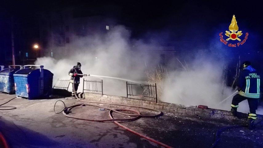 immagine di vigili del fuco che spengono l'incendio a valla degli angeli