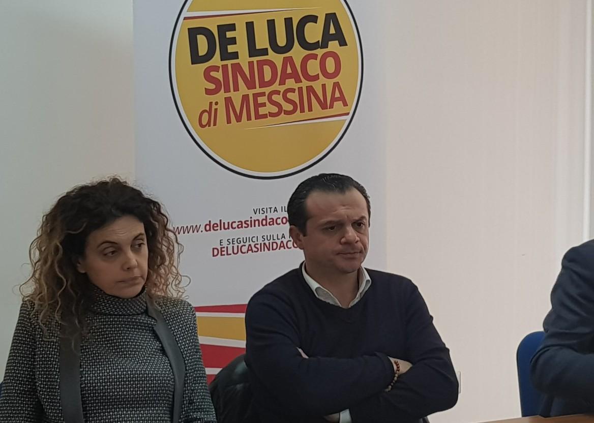 Foto di Cateno De Luca sulla conferenza stampa per l'AMAM