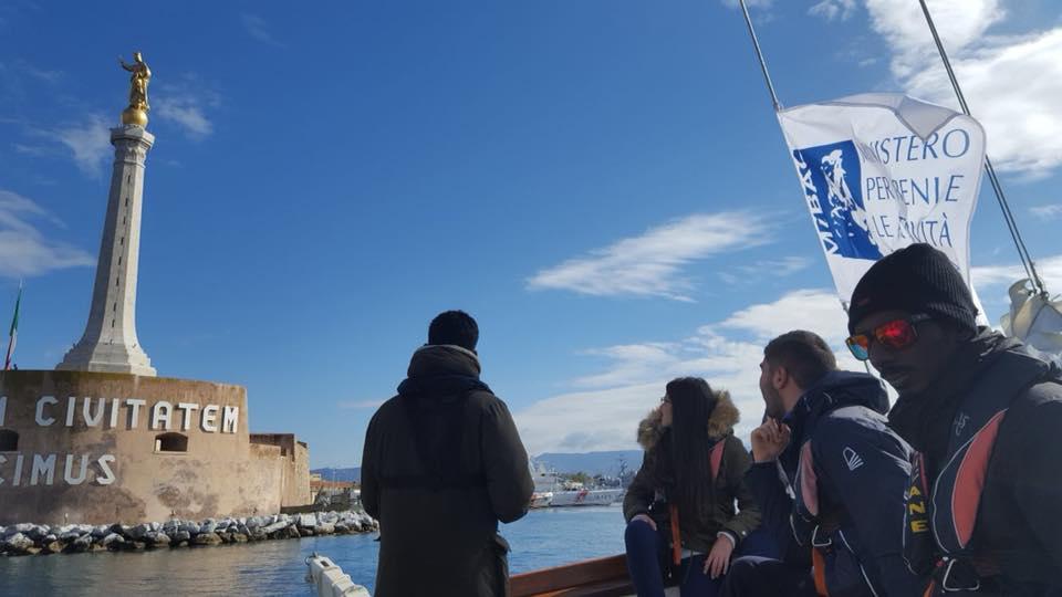 """Foto dalla pagina """"Il museo navigante"""" che raffigura l'arrivo della goletta Oloferne al porto di Messina"""