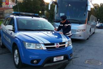 foro della polizia mentre effettua il sequestro di uno scuolabus non a norma