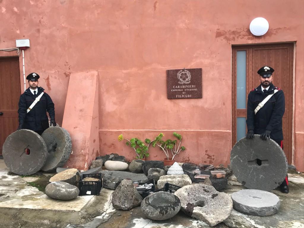 Foto dei Carabinieri con i reperti archeologici rubati a Filicudi