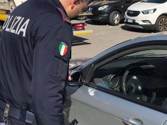 foto della polizia e dell'auto usata da una coppia che simulava falsi incidenti