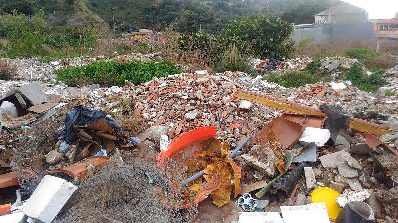 foto rifiuti ritrovati nella discarica abusiva a bisconte