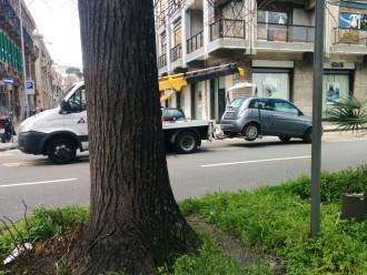 Carro attrezzi dopo la rimozione di un veicolo in via Garibaldi, Messina