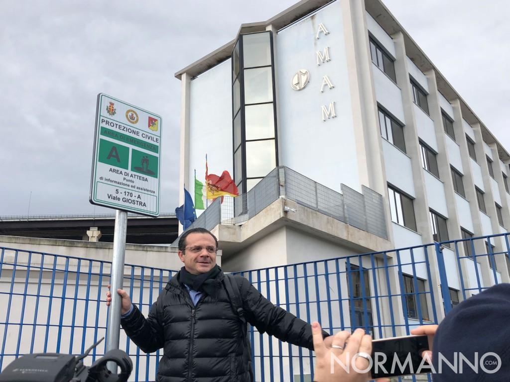 Foto di Cateno De Luca fuori dalla sede di AMAM Messina