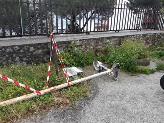 foto di un palo della luce caduto a messina nel Rione Ogliastri