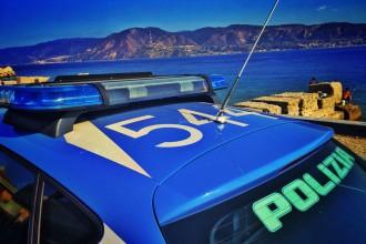 Foto di repertorio - Volante della Polizia con vista sullo Stretto di Messina
