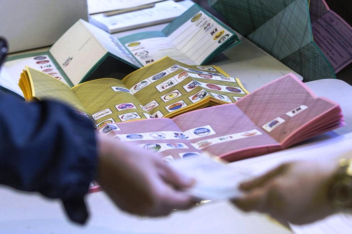 immagine delle schede elettorali di colore rosa per la camenra e di colore giallo per il sento