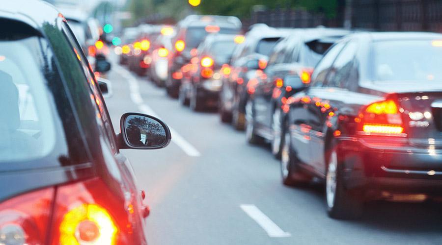 foto di un auto in coda bloccate nel traffico