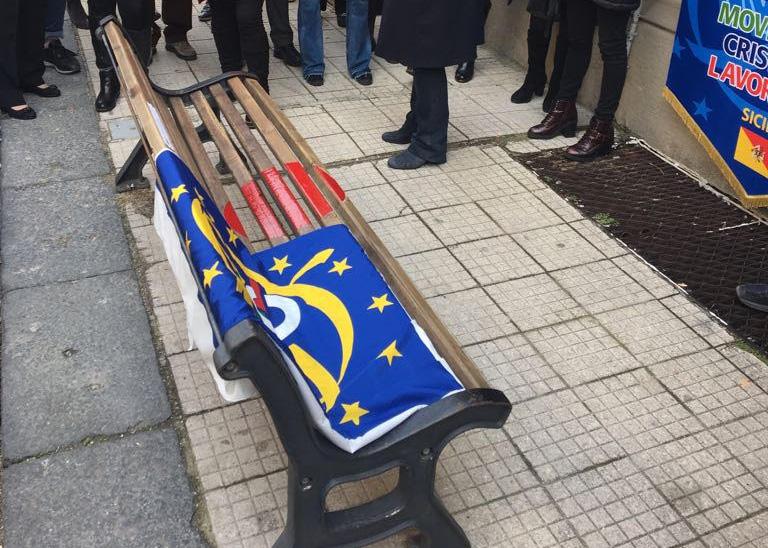 """Foto della panchina inaugurazione per l'iniziativa """"Un posto per le donne"""" di MCL Messina"""