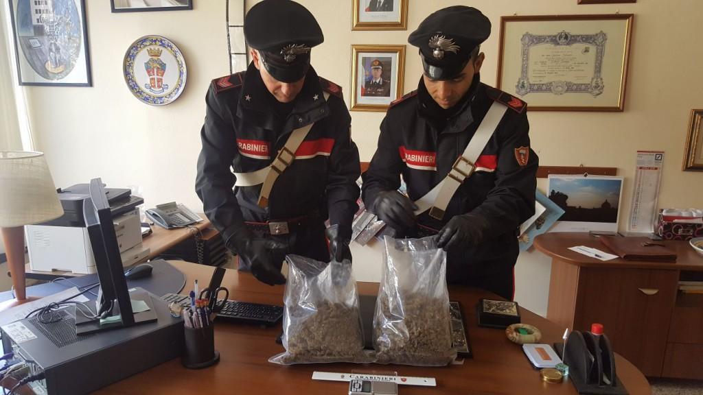 Foto dei carabinieri con la sostanza stupefacente sequestrata a messina