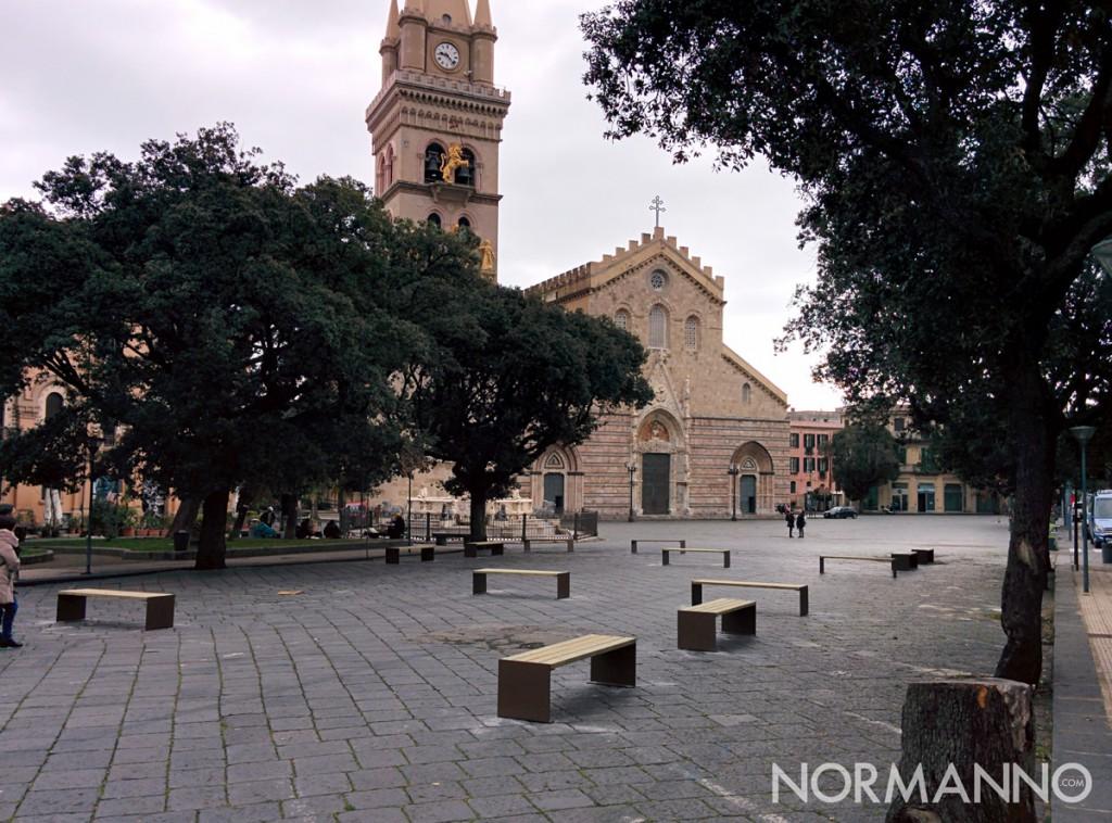 Foto complessiva delle nuove panchine a piazza Duomo - Messina