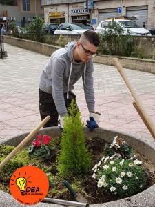 foto di un volontario di idea san licandro a lavoro