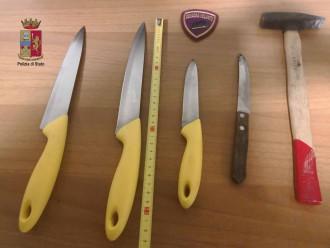Foto di coltelli e martelli sequestrati a Marianna Letizia, 37enne messinese arrestata dalla Polizia