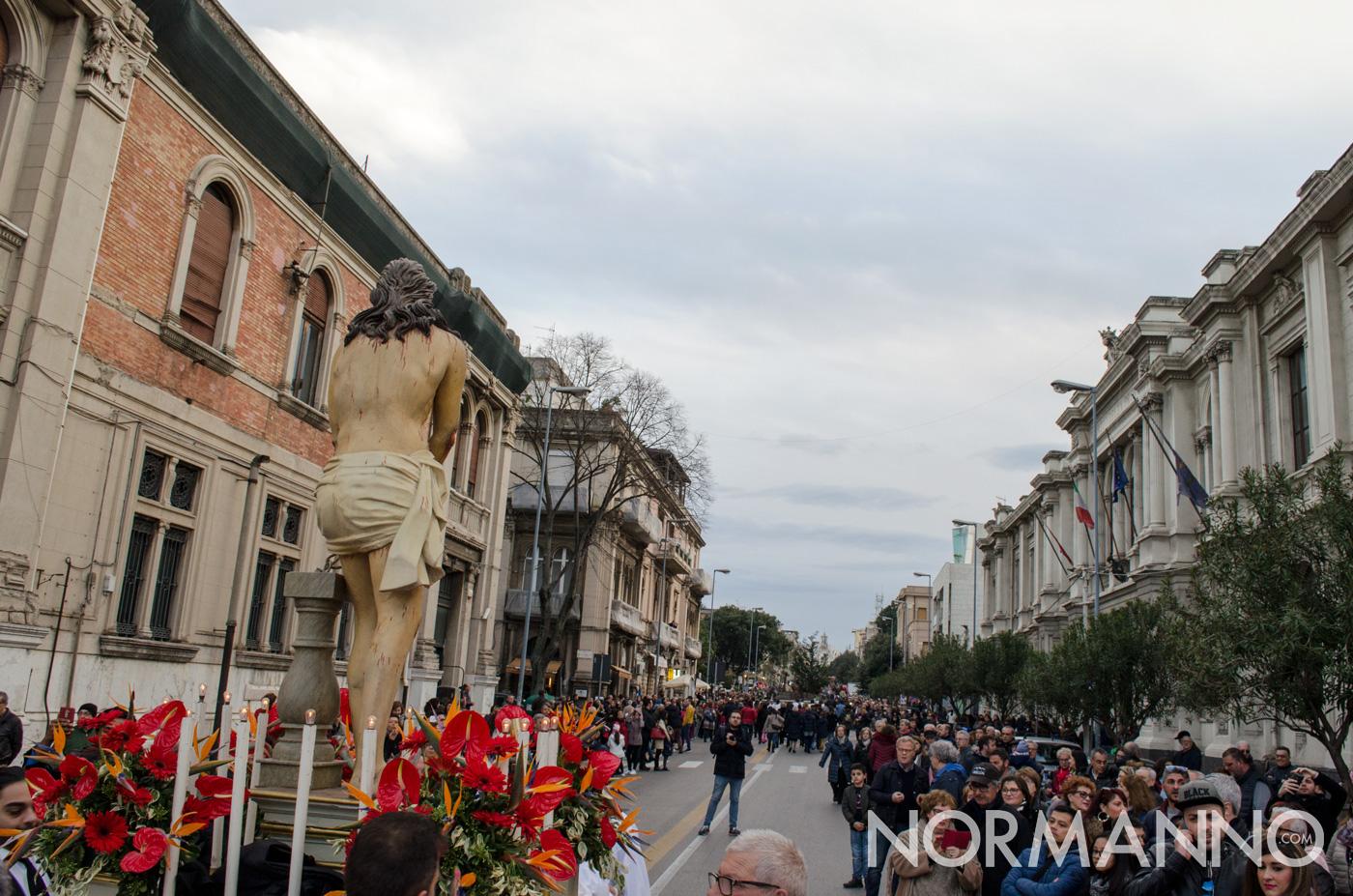 Il corso Cavour di Messina gremito di fedeli per la processione delle Barette