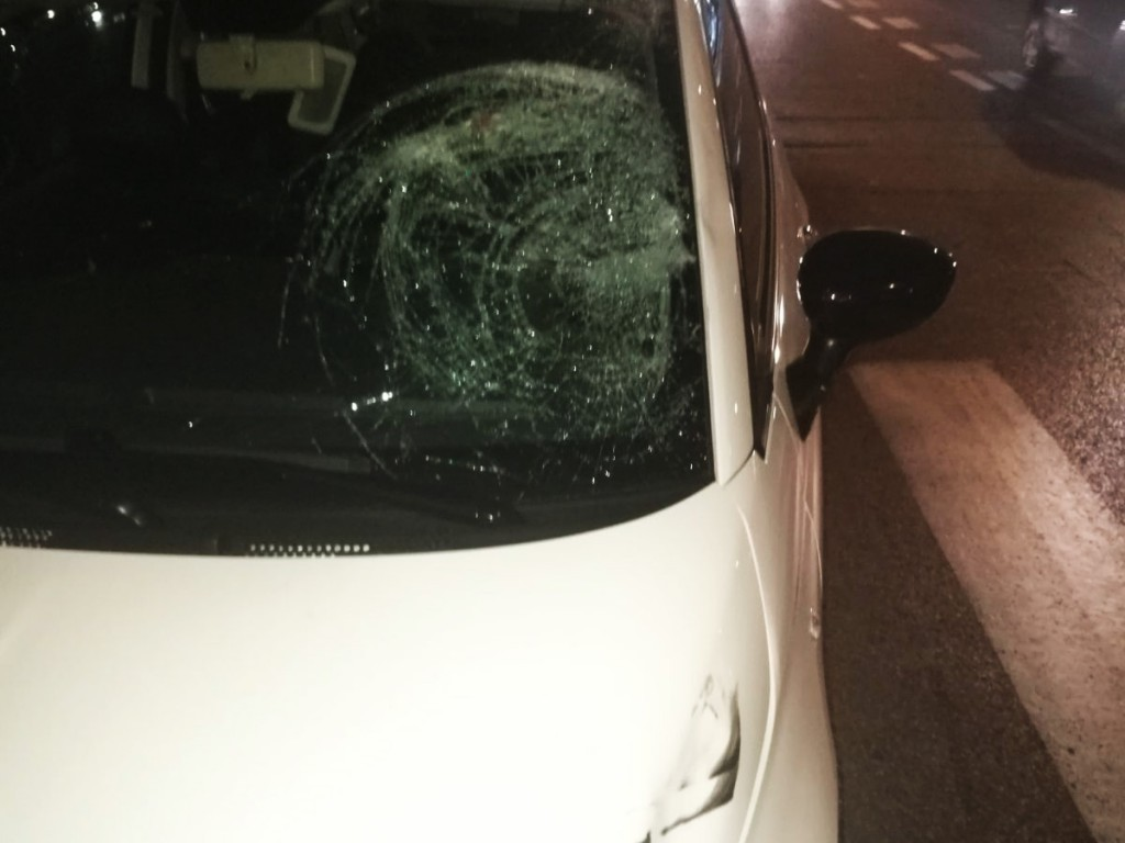 Foto del parabrezza spaccato dopo l'urto - Incidente in via Cesare Battisti