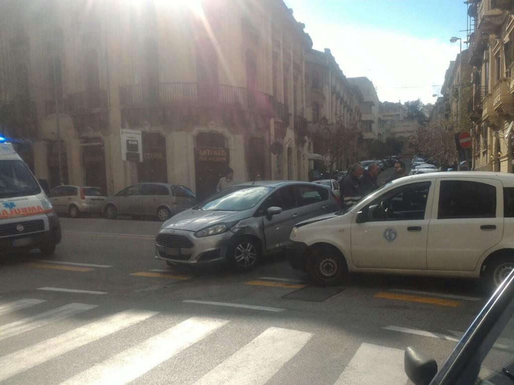 Foto dell'incidente del Corso Cavour con due veicoli, Messina