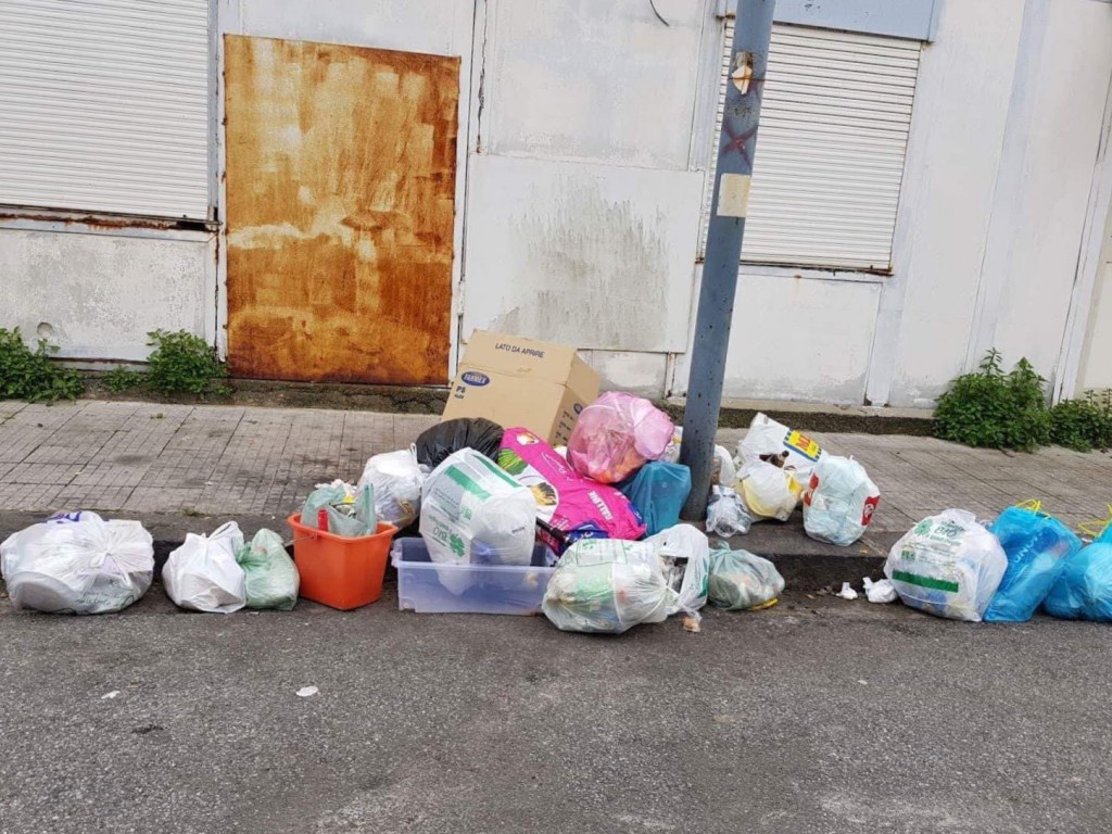 Foto dei sacchetti della raccolta differenziata, non ritirati, nella VI Circoscrizione - segnalazione Giuseppe Sanò