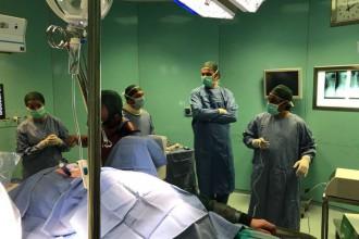 immagine della sala operatoria dell'ortopedico di messina durante un complicato intervento di rimozione di un tumore alla colonna vertebrale
