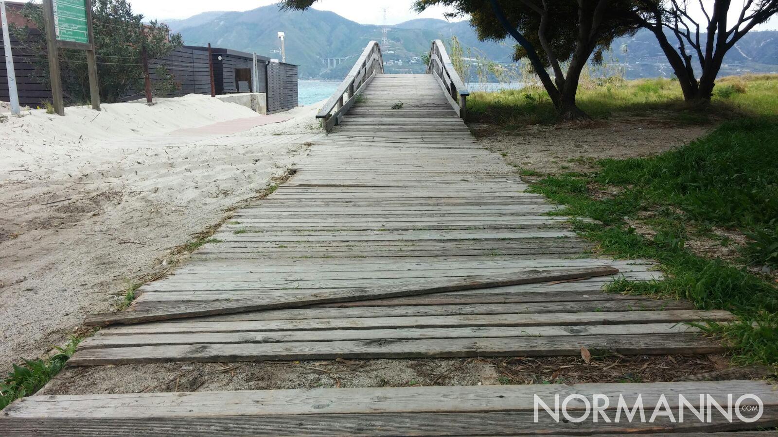 Foto della pedana di legno in cattive condizioni vicino Horcynus Orca, Torre Faro