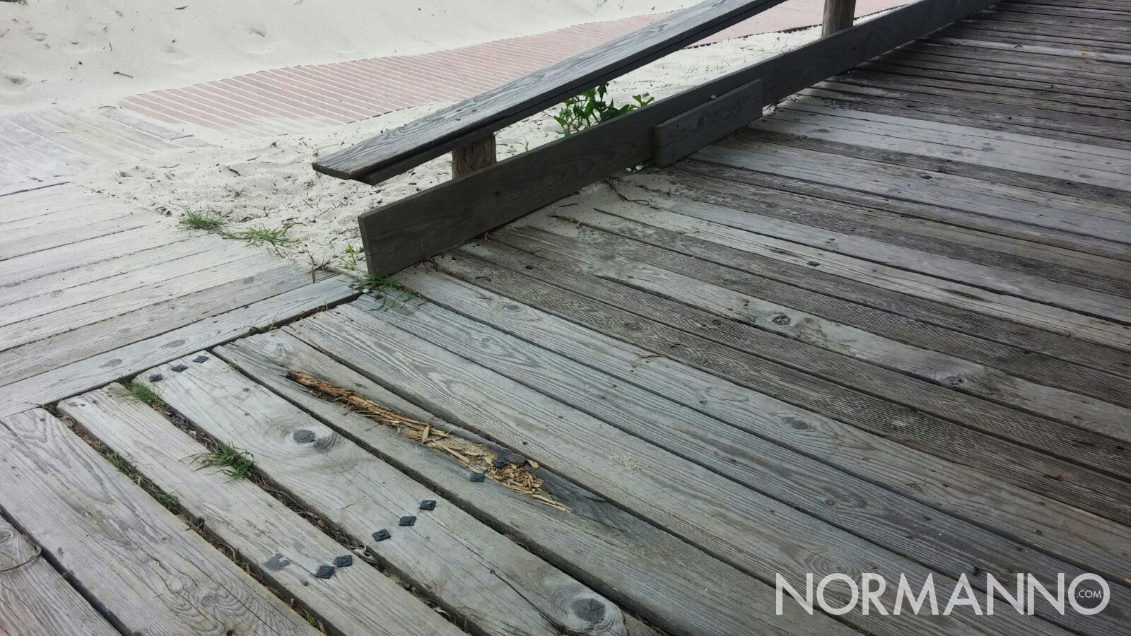 Dettaglio della pedana di legno in cattive condizioni vicino Horcynus Orca, Torre Faro