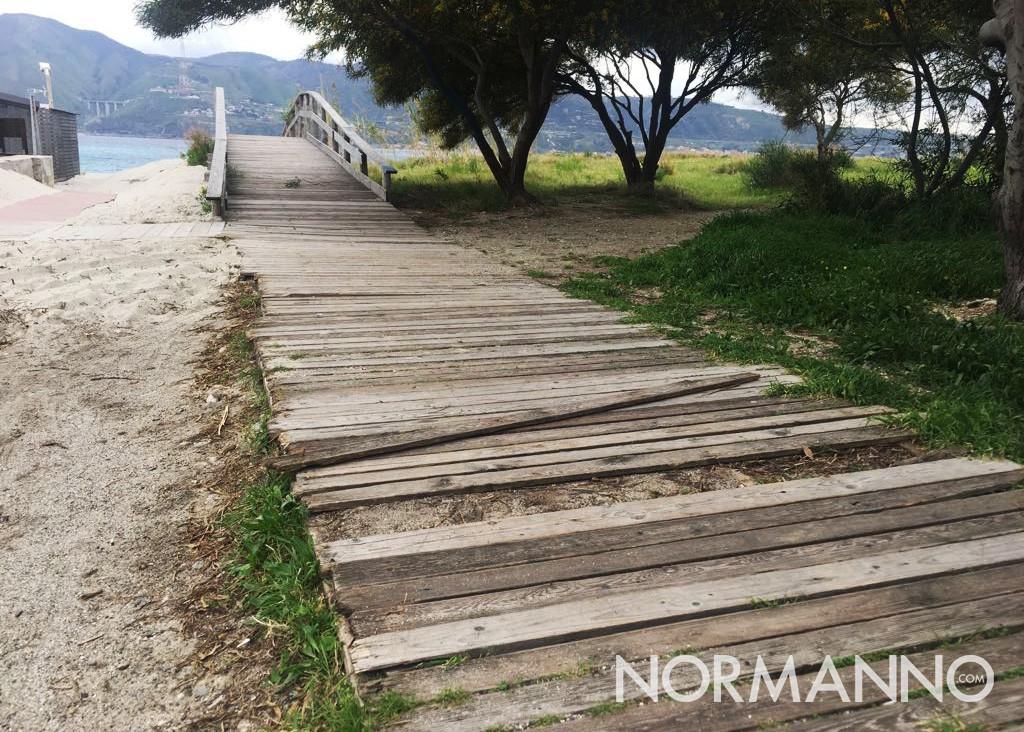 Foto della passerella di legno in cattive condizioni vicino Horcynus Orca, Torre Faro