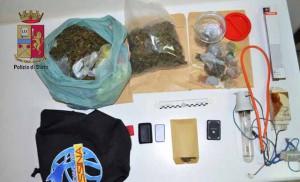 Foto della marijuana e degli strumenti utili allo spaccio di stupefacenti sequestrati dalla Polizia