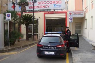 Foto dei Carabinieri davanti il Pronto Soccorso dell'Ospedale Piemonte