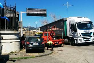 Foto di un carro attrezzi in azione a Messina