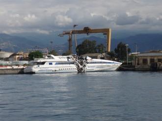 immagine della nave Segesta dopo incidente nello Stretto di Messina