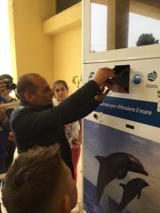 Il sindaco del comune di Lipari Marco Giorgianni all'inaugurazione della macchina compattatrice di bottiglie di plastica