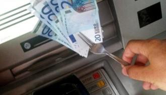 Foto di repertorio tecnica Cash Trapping per manomettere i bancomat con una forchetta