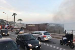 Messina. In fiamme il locale La Baracca – FOTO