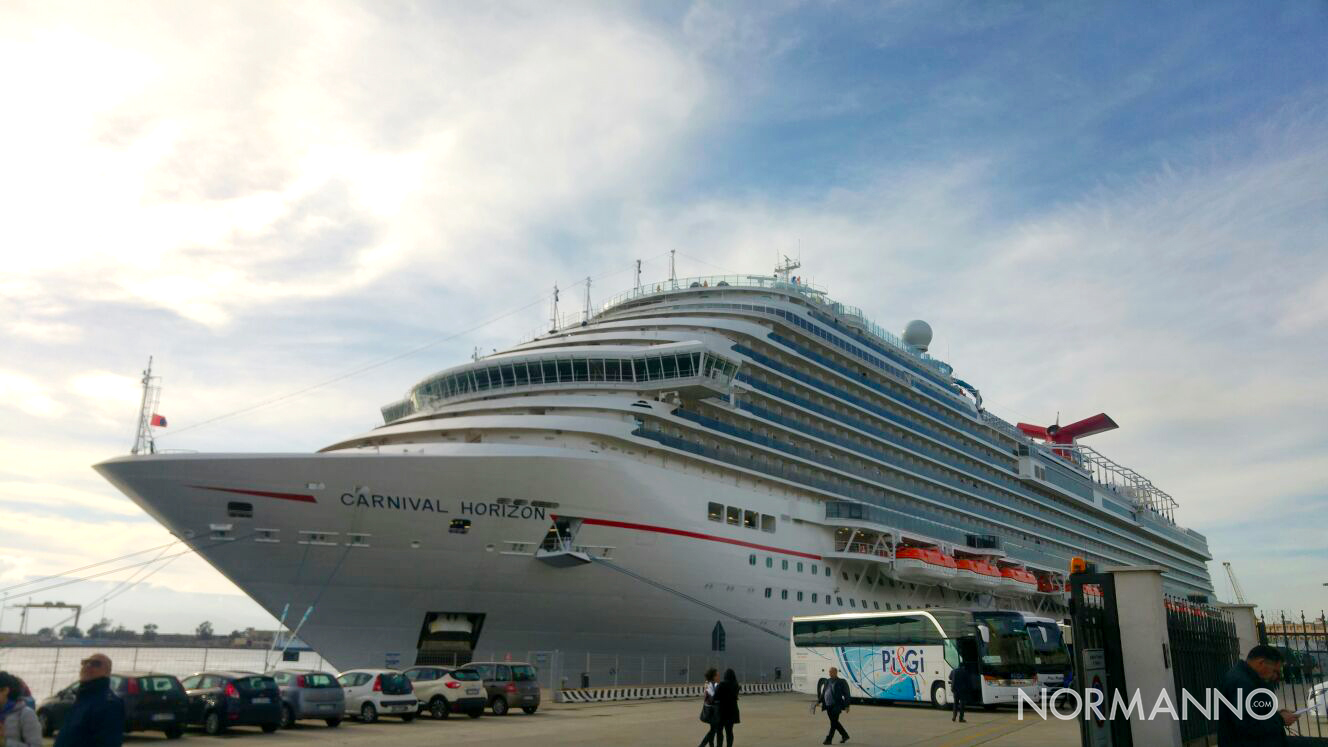 Foto della nave Horizon nel porto di Messina