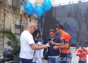 Sul palco di Pedaliamo Messina Bramanti, Nibali e il padre di Rosario Costa cui viene omaggiata una maglietta