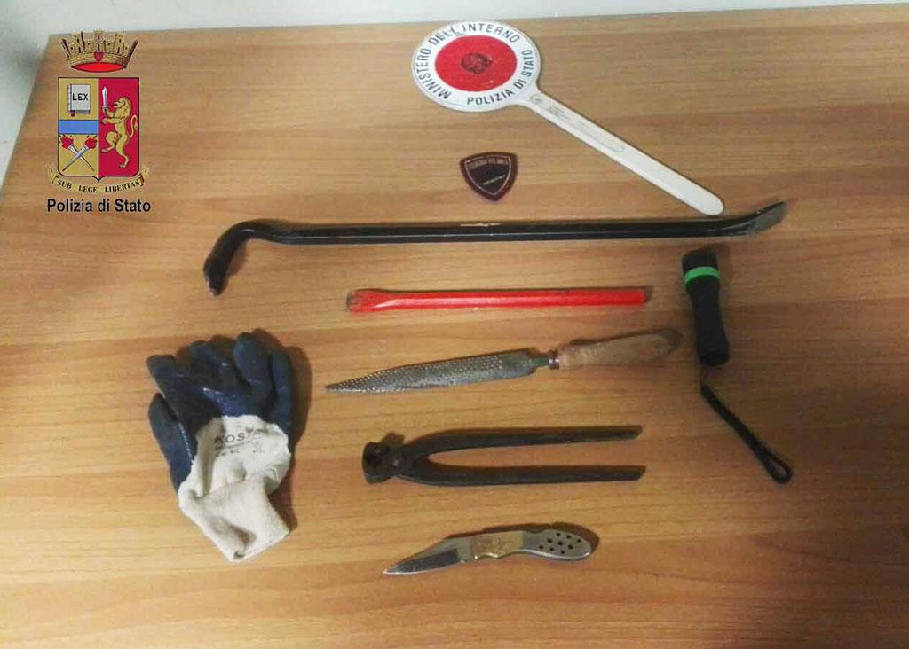 Foto degli arnesi da scasso usati per introdursi nell'appartamento