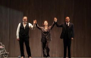 foto di Elena Sofia Ricci Gianmarco Tognazzi e Donadoni per lo spettacolo vetri rotti in scena al teatro vittorio emanuele di messina