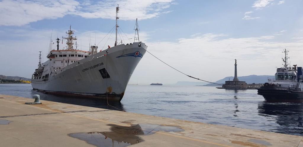 """Foto della nave da ricerca """"Admiral Vladimirskiy"""", al porto di Messina"""