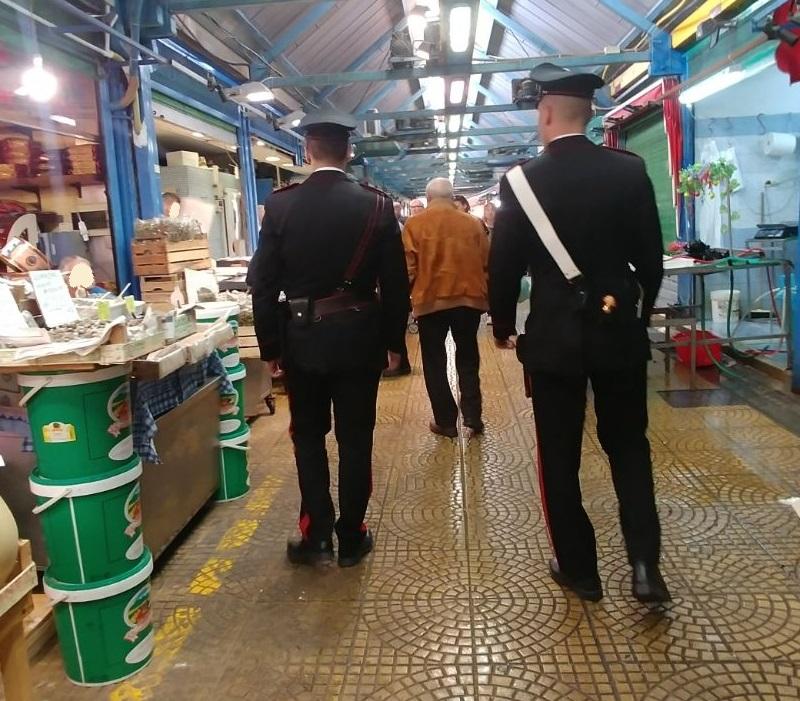 Foto di due carabinieri durante i controlli ai box per il pesce al dettaglio del mercato Vascone