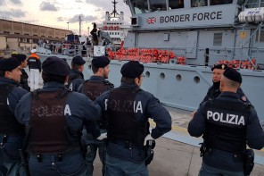Foto dello sbarco al molo Norimberga di migranti, presente la Polizia di Messina