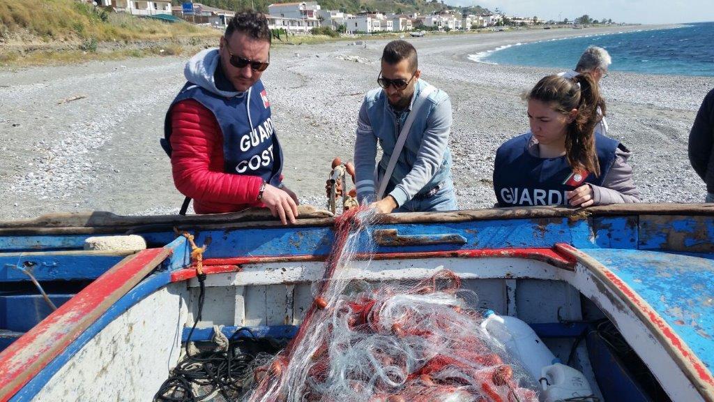 Foto delle reti da pesca sequestrate dalla Guardia Costiera di Messina