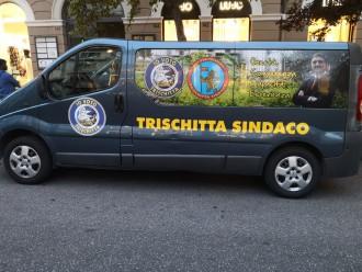 foto del pulmino del candidato sindaco di Messina Pippo Trischitta