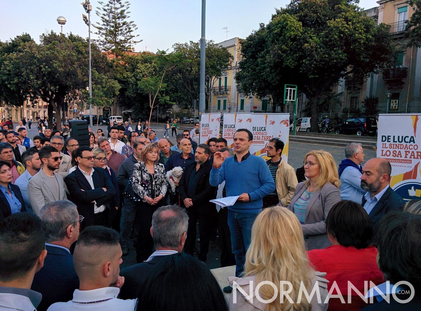 Foto del comizio elettorale di Cateno De Luca a piazza Duomo, Messina