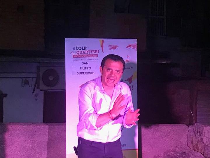 foto del candidato sindaco cateno de luca durante il suo tour nei quartieri
